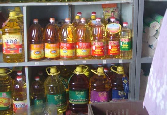 今天记者走访了多家粮油店,发现花生油的价格平稳,色拉油,大豆油等都