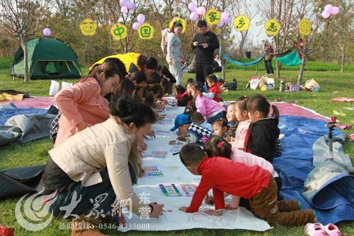 大众网东营11月13日讯(记者 王青青 通讯员 王海芸)秋天是一个美丽的季节,更是一个收获的季节,为了让孩子跟真切的感受秋天的魅力,11月9日,东营市实验幼儿园组织孩子和家长一起举办了一场秋季采摘野餐活动。孩子们和爸爸妈妈一起观赏、采摘苹果,一起来到植物园里欣赏美丽的秋色,蓝天、白云、红叶都给孩子们留下了深刻的印象。 到了午餐时间,大家分享各家自制的美味食品,一边品尝美食一边体验趣味游戏,现场充满了欢声笑语。最后,在老师的精心安排下,孩子和家长们一起用画笔绘出了家乡秋天的美好景色,表达自己的梦想和对