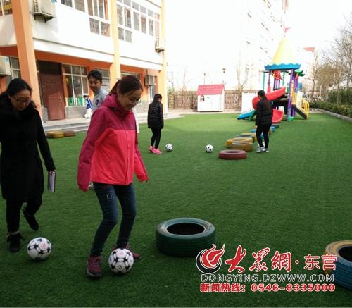 东营区第二实验幼儿园组织足球进校园教师培