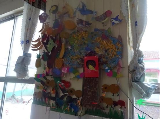 """同时,还用纸盒做了鸟巢,将小鸟图片布置在大树上或大树周围,做成了"""""""