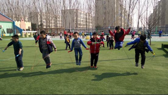 大众网东营2月27日讯 稻庄镇西水幼儿园大班开展花样跳绳比赛活动,孩子们的脸上个个洋溢着成功的喜悦。 跳绳是游戏方式一种活动,具有轻快、活泼、律动、变化的运动。根据课程游戏化理念,我们把跳绳作为大班幼儿特色,开展了一系列活动。按照要求,幼儿人手一根绳子,对于我们大班的幼儿来说,运动是孩子们喜爱的,为了幼儿能把一根简单的绳子跳出许多花样,能让孩子们在跳绳中找到自信、找到兴趣,我们让幼儿自主探索、自主体验创造性玩绳的乐趣,发展幼儿的想象力与创造力。