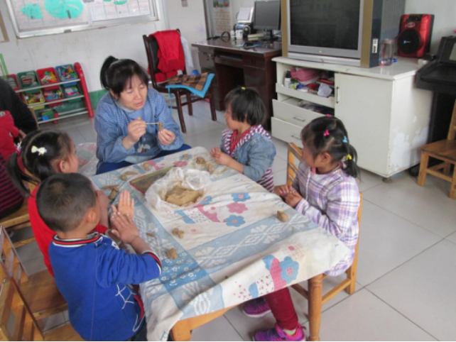 小班的孩子做糖葫芦,蔬菜水果,印模等等,中班的孩子包饺子,做小花