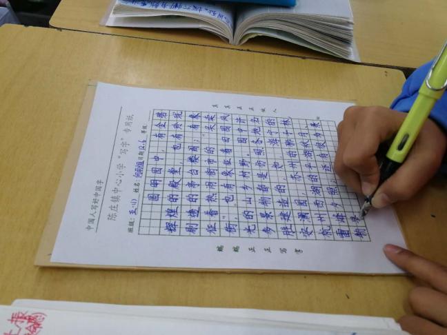 评委老师们从写字姿势、书写笔画笔顺和卷面三方面情况综合评估学生