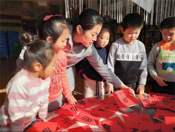 """东营区阳光幼儿园开展""""福到新年到""""活动"""