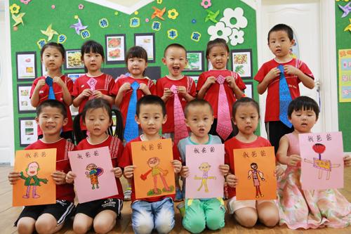 市实验幼儿园中三班的小朋友们制作爱心卡片