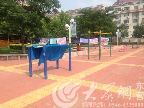 东营:明月小区部分公共健身器材变身晾衣架