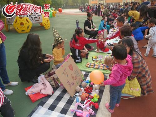 关键词: 东营;实验幼儿园;亲子;跳蚤市场;活动  [提要]10月17日下午图片