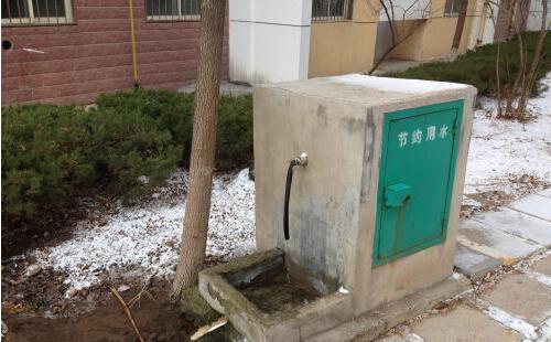 浪费.小区居民张大爷表示,这处水管由小区物业管理,水龙头在