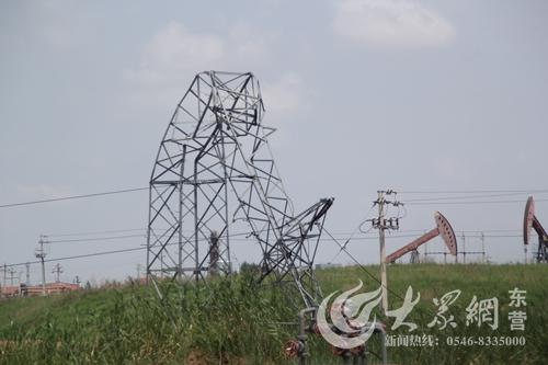 东营一高压输电铁塔被拦腰折断