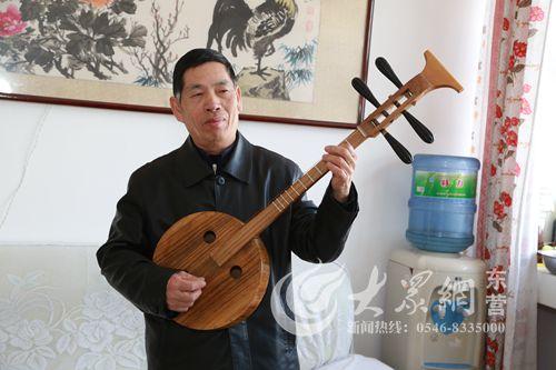 弹起我自制的土琵琶-老有所乐 71岁老人自制 土琵琶 小区弹唱受欢迎