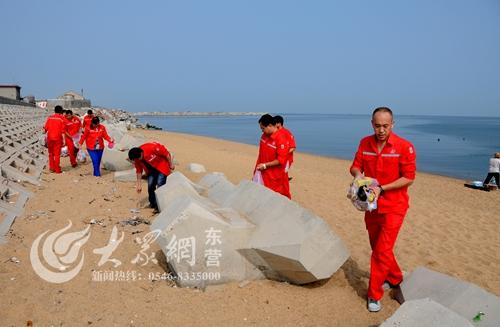 东营青年志愿者海滩捡垃圾 用实际行动倡导环保