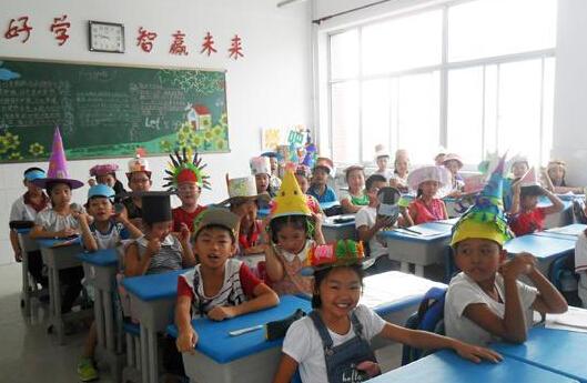 东营学生开学第一天:爱国教育、安全知识一个