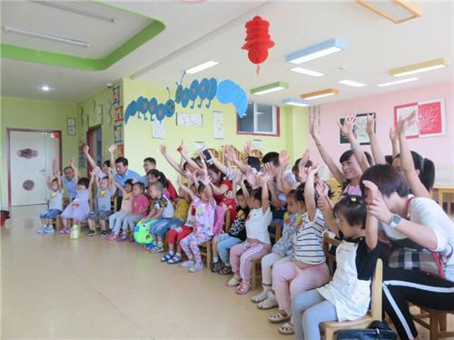 """东凯幼儿园开展""""爸爸妈妈陪我上第一课""""活动"""