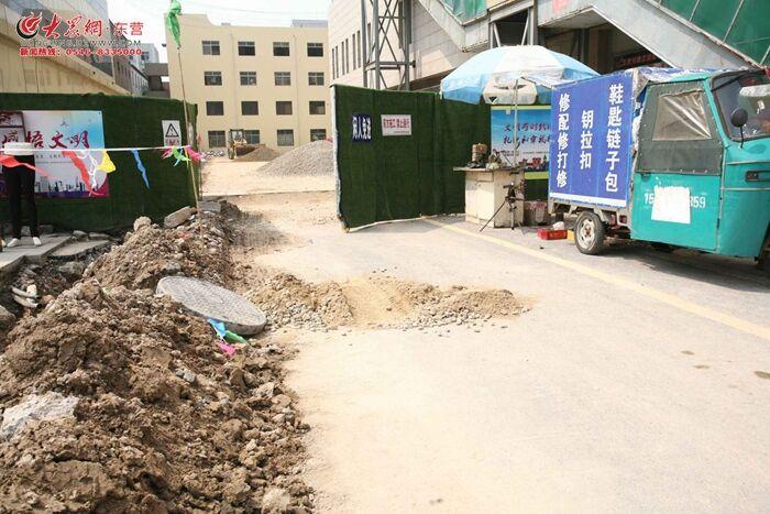追踪 东营商河路商业街井盖翻起的下水井已被填平