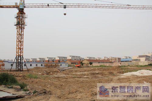 项目施工现场场地平整完成,塔吊已经安设完成,下一步进行开槽及桩基础
