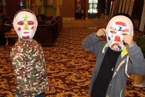 此外,川剧变脸活动也同步举行,参与者在描摹脸谱之余还可以看大师