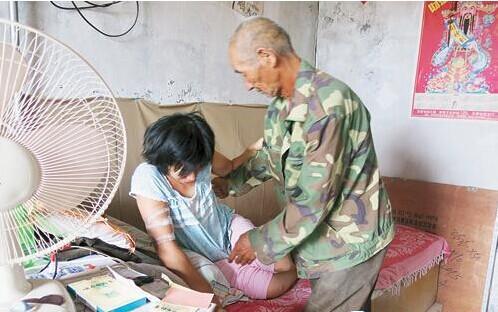 两年后,妻子因感冒在村里打吊瓶时因过敏死亡,张庆广用一辆驴车把妻子