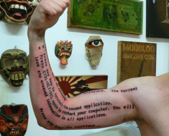 """在其身上纹上了和自己胸前纹身相同的拉丁文文字——""""及时行乐""""."""
