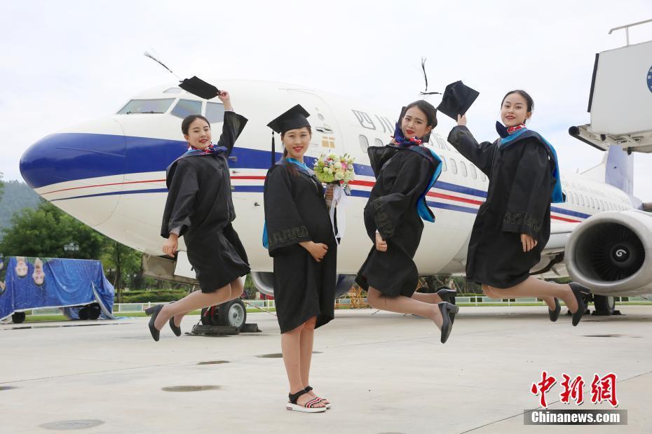 四川一大学生拍大肚毕业照 是同学眼中不折不扣的 人生赢家图片