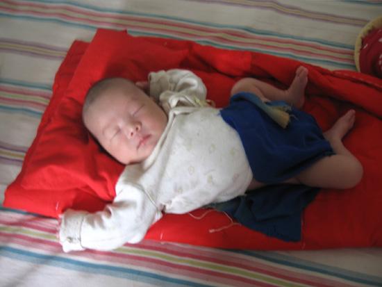 司机深夜捡到男婴 濒临停止呼吸