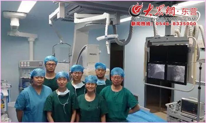 大众网东营8月1日讯 (通讯员 刘海峰)2017年7月22日,对利津县中心医院来说,是跨越历史的一天,也是打破记录的一天,对于全县人民群众来说意义重大,因为就在咱们的利津县,能够开展心脏介入手术了。   利津县中心医院心血管内科团队在副院长崔志强、科主任刘相君的带领下,为5名患者实施了冠脉介入手术,并取得圆满成功。胜利油田中心医院心血管病医院李庆辉副院长、张先军工程师莅临现场,给予指导。   本次手术为利津县首次开展心脏介入手术,实现了利津县心血管介入治疗手术零的突破。这标志着利津县中心医院心血管内