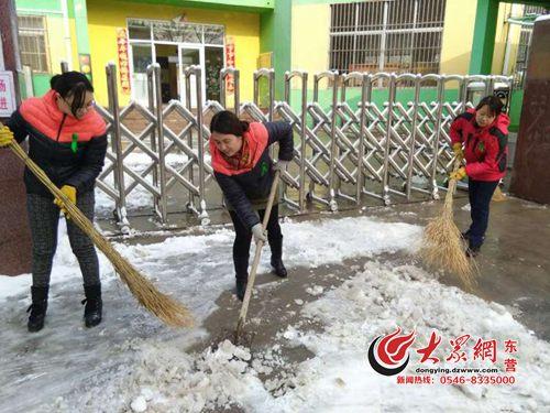 织教师早上进行扫雪铲冰工作,为幼儿和家长清扫出一条入?-钻井二图片