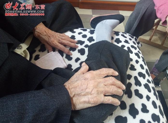 爱看电视的百岁老人 吃啥都觉得香 能平安过日子就是福气