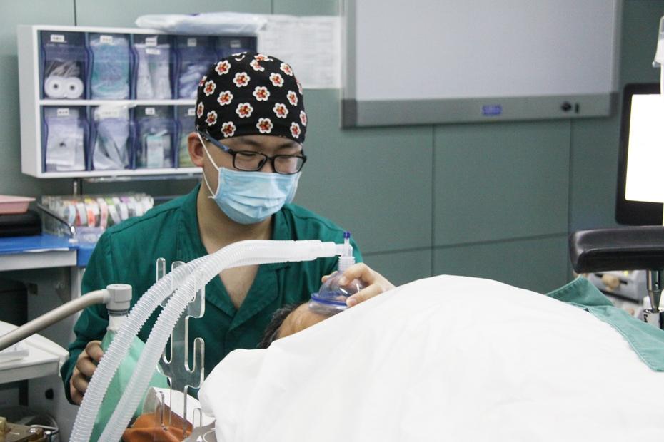 为病人面罩加压通气.jpg