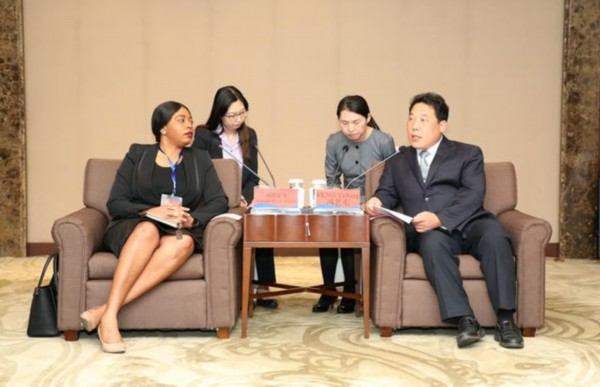 冯艺东会见外国使节团来宾