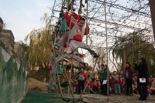 争做攀爬小勇士+锻炼孩子意志品质