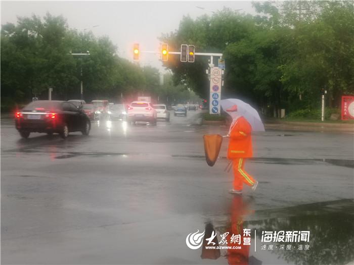 东营今天下了一场大雨 他的这个动作获赞无数